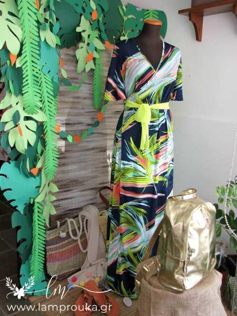 Διακόσμηση βιτρίνας με τροπικά φύλλα από χαρτόνι.