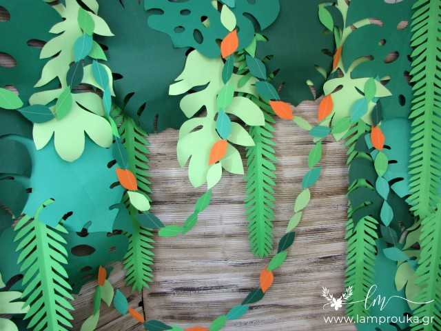 Καλοκαιρινή διακόσμηση βιτρίνας με τροπικά φύλλα.