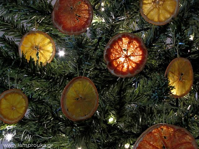 Αποξηραμένες φέτες πορτοκαλιού χριστουγεννιάτικα στολίδια.