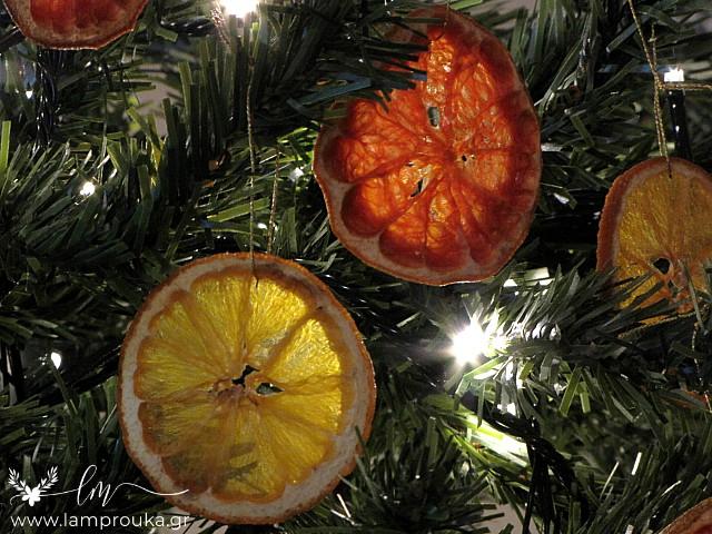 Αποξηραίνω φέτες πορτοκαλιού για στολίδια στο δέντρο.