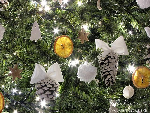 Κουκουνάρια στολίδια για το χριστουγεννιάτικο δέντρο.