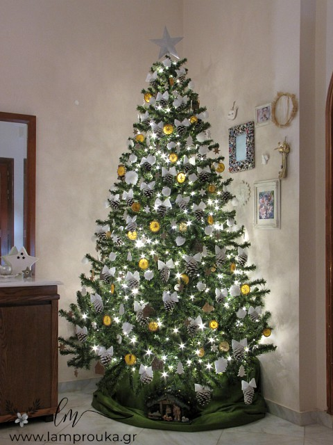 Χριστουγεννιάτικο δέντρο με χειροποίητα στολίδια.