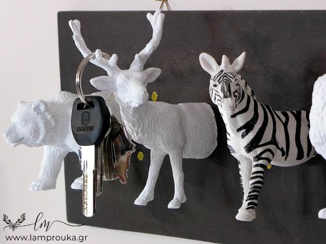 Κατασκευή κλειδοθήκης με πλαστικά ζωάκια.