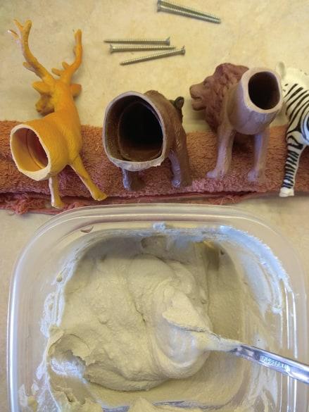 Πλαστικά ζωάκια στην διακόσμηση του σπιτιού.