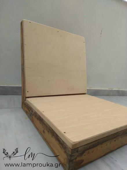 Ξύλο σε πλάτη και κάθισμα παλιάς πολυθρόνας.