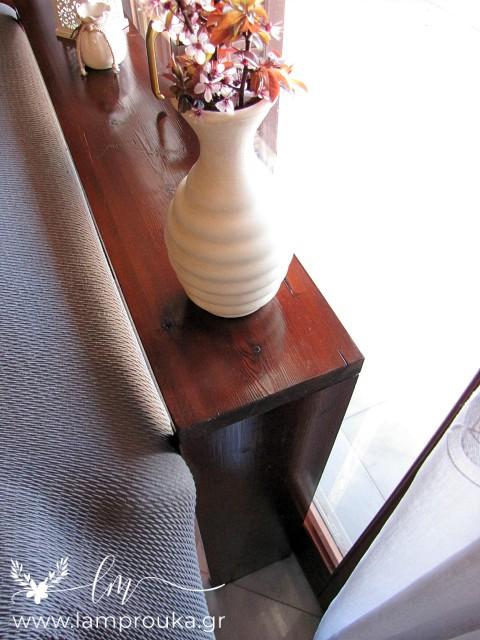 Φτιάξε τραπέζι-κονσόλα πίσω από τον καναπέ.