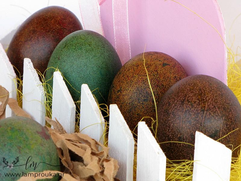 Αυγά βαμμένα με χρώματα ζαχαροπλαστικής και ρύζι.