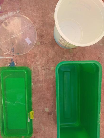 Πλαστικά αντικείμενα γίνονται γλάστρες.