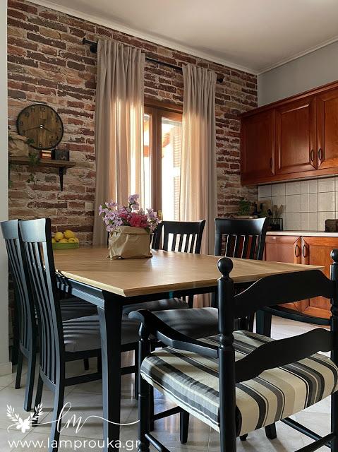 Ανανέωση κουζίνας με ταπετσαρία στον τοίχο.