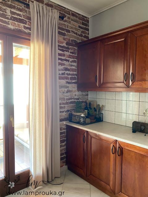 Εύκολη και οικονομική ανανέωση κουζίνας με ταπετσαρία τοίχου
