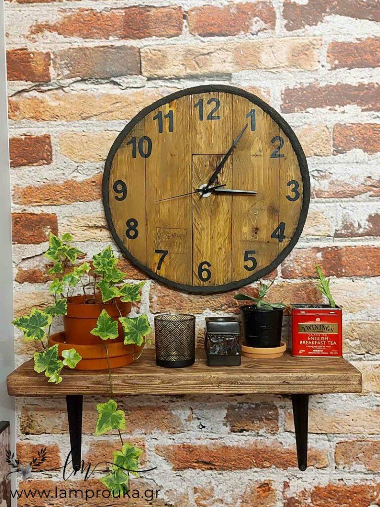 Industrial ρολόι με ξύλα από παλέτες.