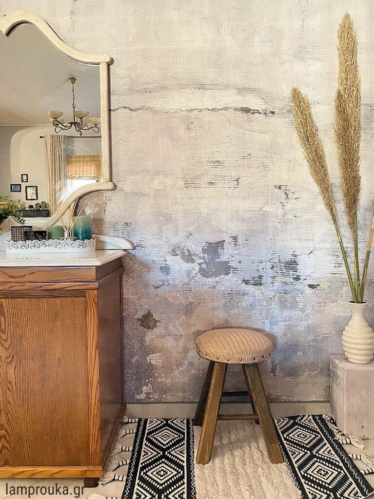 Διακόσμηση σαλονιού με ταπετσαρία στον τοίχο.