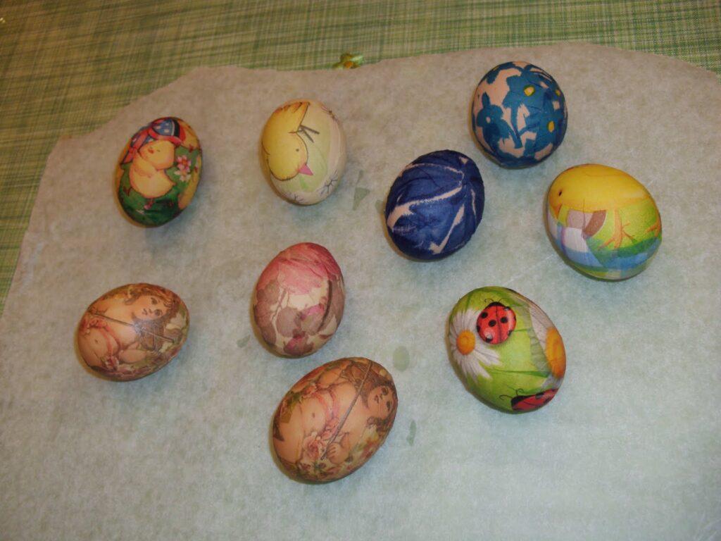 Ντεκουπάζ σε πασχαλινά αυγά με ασπράδι